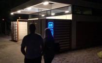 Miejska toaleta na plaży pojawia się i...