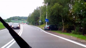 Auto uderzyło w drzewo na zjeździe na Chwarzno