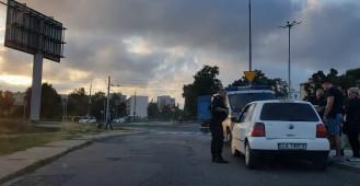 Policja przeszukuje samochód w Nowym Porcie