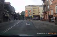 Przez skrzyżowanie na czerwonym świetle