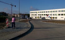 Brak chodników przy szkole Metropolitalnej
