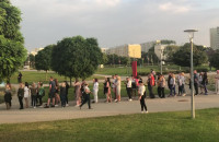 Fani Ricky'ego Martina zbierają się przed koncertem