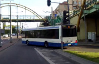 Gdynia. Autobus wjeżdża na czerwonym