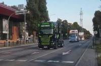 Przejazd ciężarówek Scanii koło Opery