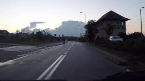 Rowerem po jezdni, bez świateł, obok ścieżki