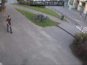 Mężczyzna rzuca kamieniem w okno synagogi