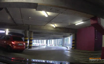 Nieodpowiedzialny kierowca na parkingu...