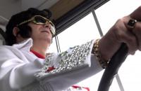 Prowadzi trolejbus w przebraniu Elvisa