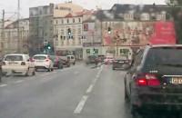 Mewa komandos, nurkuje między samochodami