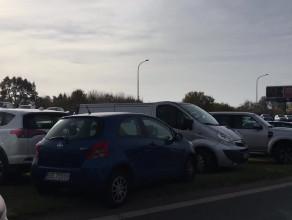 Zatłoczone parkingi przy cmentarzu Łostowickim