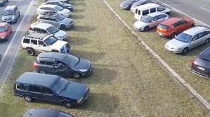 Samochody na trawnikach na Armii Krajowej