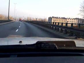 Ciężarówka na awaryjnych na Węźle Kwiatkowskiego