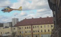 Helikopter między domami odlatuje ze...