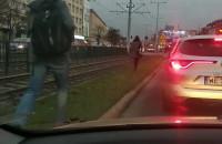 Tramwaje od Wrzeszcza do Gdańska stoją. Ludzie pieszo wzdłuż torów idą
