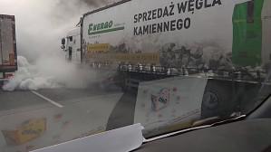Dymiący TIR na obwodnicy przed Karwinami