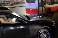 Zderzenie osobówki z autobusem na Podwalu Grodzkim
