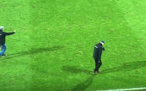 Naprawa murawy w przerwie meczu Arka - Jagiellonia