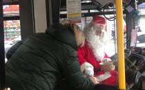 Mikołaj rozdawał cukierki w trolejbusie