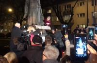 Piątkowy protest pod pomnikiem ks. Jankowskiego