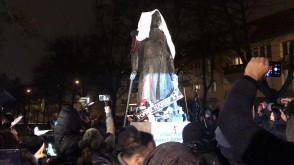 Zasłonięty pomnik ks. Jankowskiego
