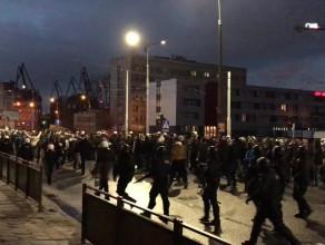 Kibice Legii w eskorcie policji idą na stadion