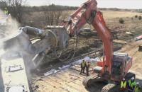 Rozbiórka uszkodzonego wiaduktu.