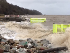 Wzburzone morze na Bulwarze Oksywskim w Gdyni