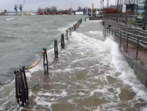 Duże fale przy kapitanacie portu w Gdańsku