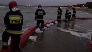 W Sopocie strażacy zabezpieczają kawiarnie przed zalaniem