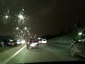 Uszkodzone po kolizji auta usunięte z Armii Krajowej