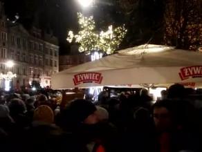 """Utwór """"Sound of silence"""" wykonany podczas wiecu przeciwko przemocy w Gdańsku"""