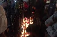 Gdańszczanie zapalają znicze pod pomnikiem Neptuna