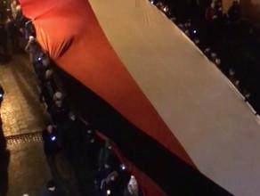 Biało-czerwona flaga z kirem na trasie konduktu