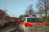 Wykolejony tramwaj po wypadku na Hallera