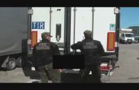 Strażnicy otwierają zatrzymanego TIR-a