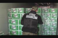 Wyładunek kradzionego piwa z zatrzymanego przez Straż Graniczną TIR-a.