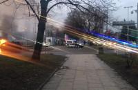 Straż pożarna jedzie do płonącego auta