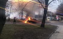 Gaszenie płonącego auta przy Placu Zebrań...