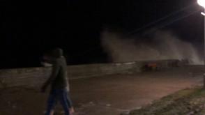 Fala ochlapała przechodniów na Bulwarze