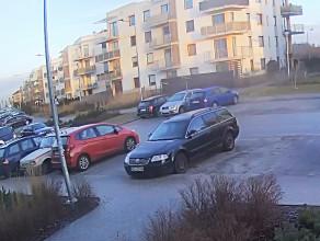 Pirat drogowy w BMW wyprzedza na przejściu