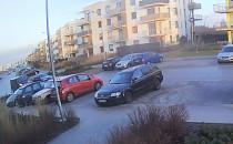 Wyprzedzanie na przejściu na osiedlowej ulicy