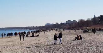 Tłumy spacerowiczów na plaży w Sopocie