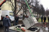 Cokół pomnika ks. Jankowskiego wrócił na swoje miejsce