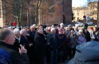 Zwolennicy prałata Jankowskiego pod pomnikiem