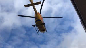Śmigłowiec Lotniczego Pogotowia Ratunkowego ląduje na boisku w Chyloni