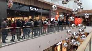 Kolejka przed otwarciem salonu Mi Store Xiaomi