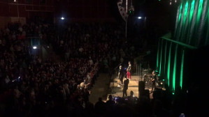 Publiczność śpiewa z zespołem IRA
