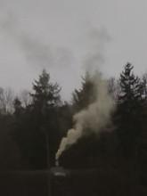 Dym z komina na cmentarzu