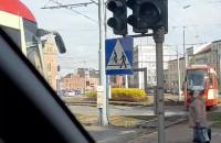 Tramwaje jeżdżą na Hucisku przy czerwonym świetle