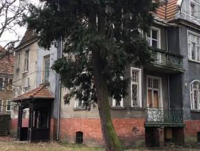 Częściowo opuszczona kamienica w centrum Sopotu